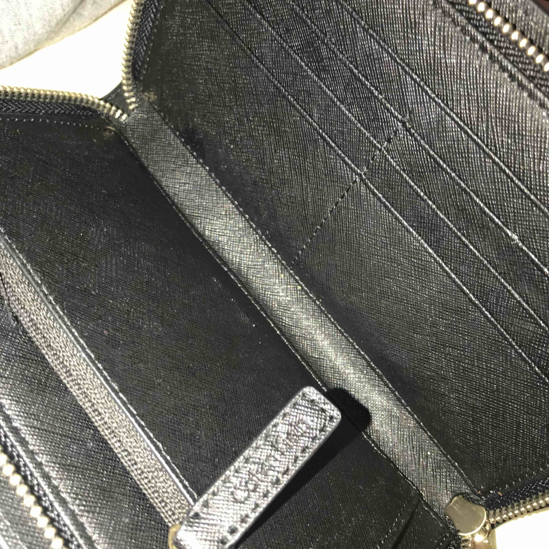 Säljer denna äkta plånbok från Calvin Klein! Mycket fin och bra kvalité, köptes i Losangeles  Priset kan diskuteras vid snabbköp! . Väskor.