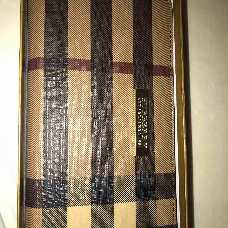 Säljer denna söta plånbok!  Inte äkta!. Väskor.
