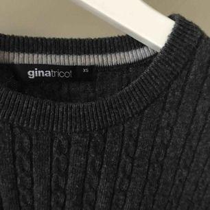 Mysig mörkgrå kabelstickad tröja ifrån Gina Tricot🌬🍂I superfint skick!✨