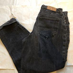 perfekta svarta jeans som är extremt populära och trendiga, tyvärr har jag för många byxor som ser exakt ut, därför har jag bestämt mig för att sälja lite!
