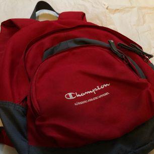sällsynta champion väska som också är en vacker nyans av rött och extremt bekvämt att bära runt och ha på sig, har också många fickor !!