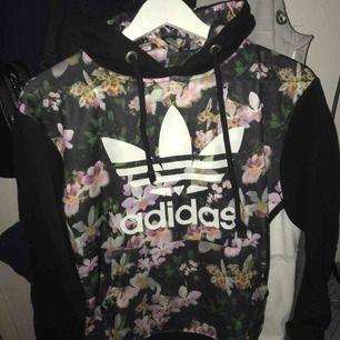 Adidas hoodie (fake tror jag). Skulle säga strl XS/S. Märket är lite slitet. Frakt ingår ej
