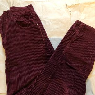 extremt söta och populära byxor som är rödfärgade, väldigt mjuka, väldigt bekväma och totalt sett ett bra par byxor du borde ha i din garderob!