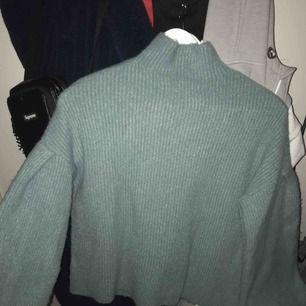 Säljer denna stickade tröjan. Sjukt mysig, lätt att klä upp samt ner. Frakt ingår ej ☺️