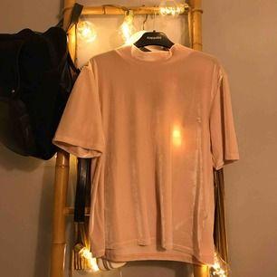 Superfin tröja från na-kd i velvet material<3 helt oanvänd!