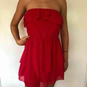Röd klänning från H&M utan axelband. Jag är 168 cm och såhär ser den ut på mig. Möter upp eller så står köparen för frakten
