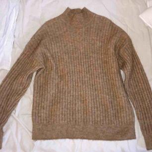 Stickad brun/melerad tröja från H&M i ull och mohaiblandning. Blir inte noppig när man tvättar! Köparen står för frakt men jag kan också mötas upp i Stockholm