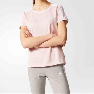 Rosa Sandra adidas tröja. Använd fåtal gånger. Ordinarie pris 299kr. Tillkommer frakt