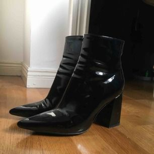 Lackade boots från Public Desire, storlek 39. Använda 1 gång.