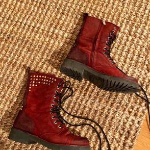 Röda skinnkängor från Wrangler, grymt sköna och fantastisk kvalité. Använda en gång, säljes endast pga. Inte min stil längre.
