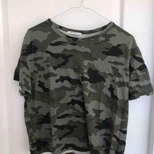 T-shirt i militär mönster, nyskick!