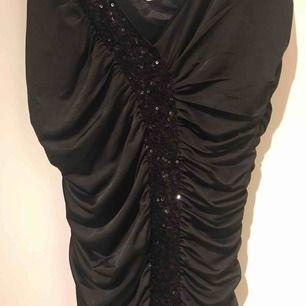 Snygg svart klänning