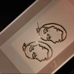 Jätte snygga örhänge i guld färg,köpta från Lindex 💕