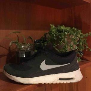 Skor från Nike, i modellen Thea. Storleken i skon är 38 men de är små i storlekarna. Hälarna på skorna är även lite skavda. 👟