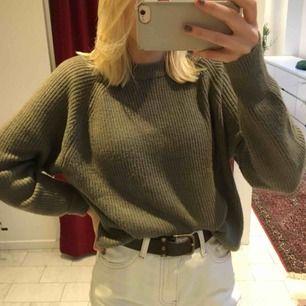 Mysig militärgrön oversized sweater ifrån Primark. Endast använd en gång, därav i mkt fint skick!💫🍃🍂