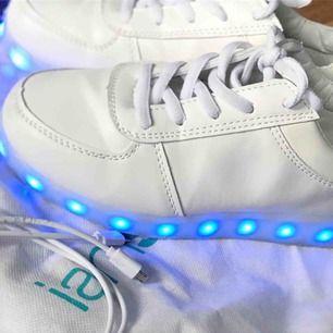 Två par skor som kan lysa, man kan ändra så att den lyser både enskilda färger och så de blinkar i olika färger. Använda några gånger. Storlek 35 på båda. Laddsladd och påse ingår!! Säljer för 200 styck. Har ni frågor så skriv!