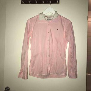 Stilren jättesnygg Tommy Hilfiger skjorta, märkets storlek är 14 det motsvarar XS/S, frakt tillkommer💓