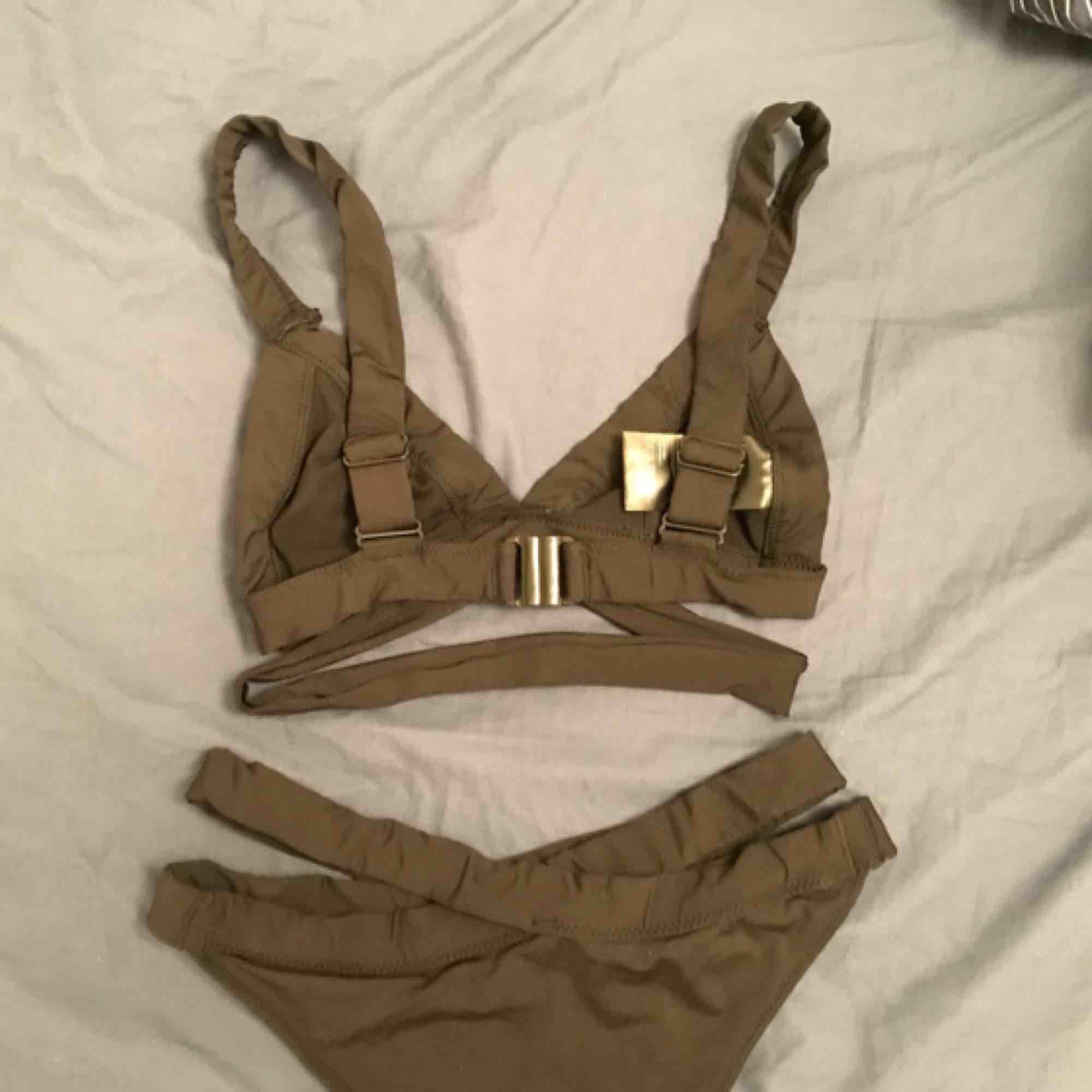 Bikini från HM. Använd en gång, för liten för mig! Därav sälj. Varje del kostar 200kr styck. Bikiniöverdel storlek 36 och underdel storlek 34. Övrigt.