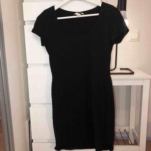 Svart t-shirtklänning som inte kommer till användning längre. Frakt ingår i priset!🐆🐆⭐️