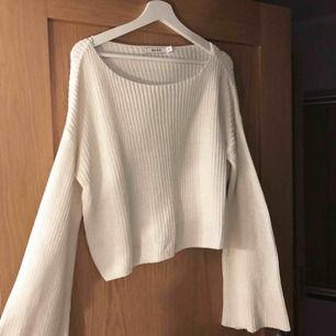 Jättefin vit stickad tröja med trumpetärmar som inte kommer till användning. Har endast använts 2-3 ggr och är därför i väldigt gott skick. Frakt ingår i priset! 🐆🐆⭐️