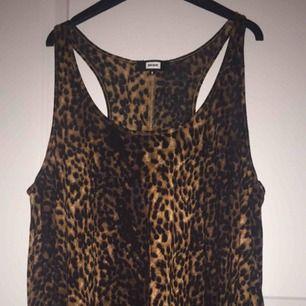 Ett fint leopardlinne från bikbok som har aldrig använts