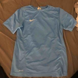 Träningstshirt från Nike i barnstolek L vilket motsvarar vuxen S. Knappt använd, frakt 20kr