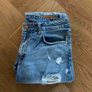 Snygga jeans i boyfriend-modell. Lite stora i storleken, snarare medium än small. Säljer på grund av för stora för mig. Sjukt bra skick, använda max 3 gånger.