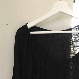 Något genomskinlig tröja i storlek S men sitter som storlek M. 😄  Köpare betalar frakt. Jag tar swish.