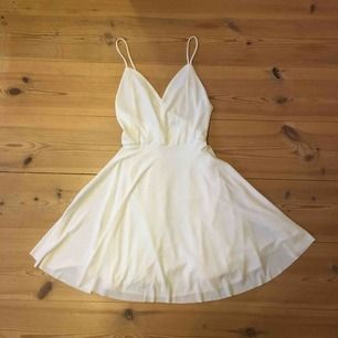 Använd 1 gång, är som ny! Jättefin sommarklänning! Rekommenderar att ha kjol under då den är ganska genomskinlig utan en underkjol. Frakt tillkommer på 60 kr om den ska skickas! Möts i Gbg eller Sthlm.
