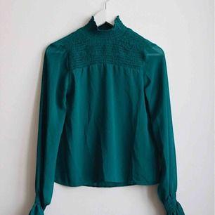 120 kr inkl frakt 🌟 Mörk-turkos blus med polokrage från Monki. Endast använd en gång 🌟