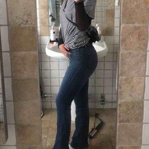 Mina favorit bootcut jeans som tyvärr blivit försmå, märke: Lee kondition: 9/10  Dom är slim bootcut så alltså inte överdrivet vida nertill, utan bara lite. Vilket jag tycker e sjukt najs