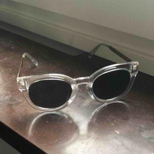 Tidlösa solglasögon med transparent ram.