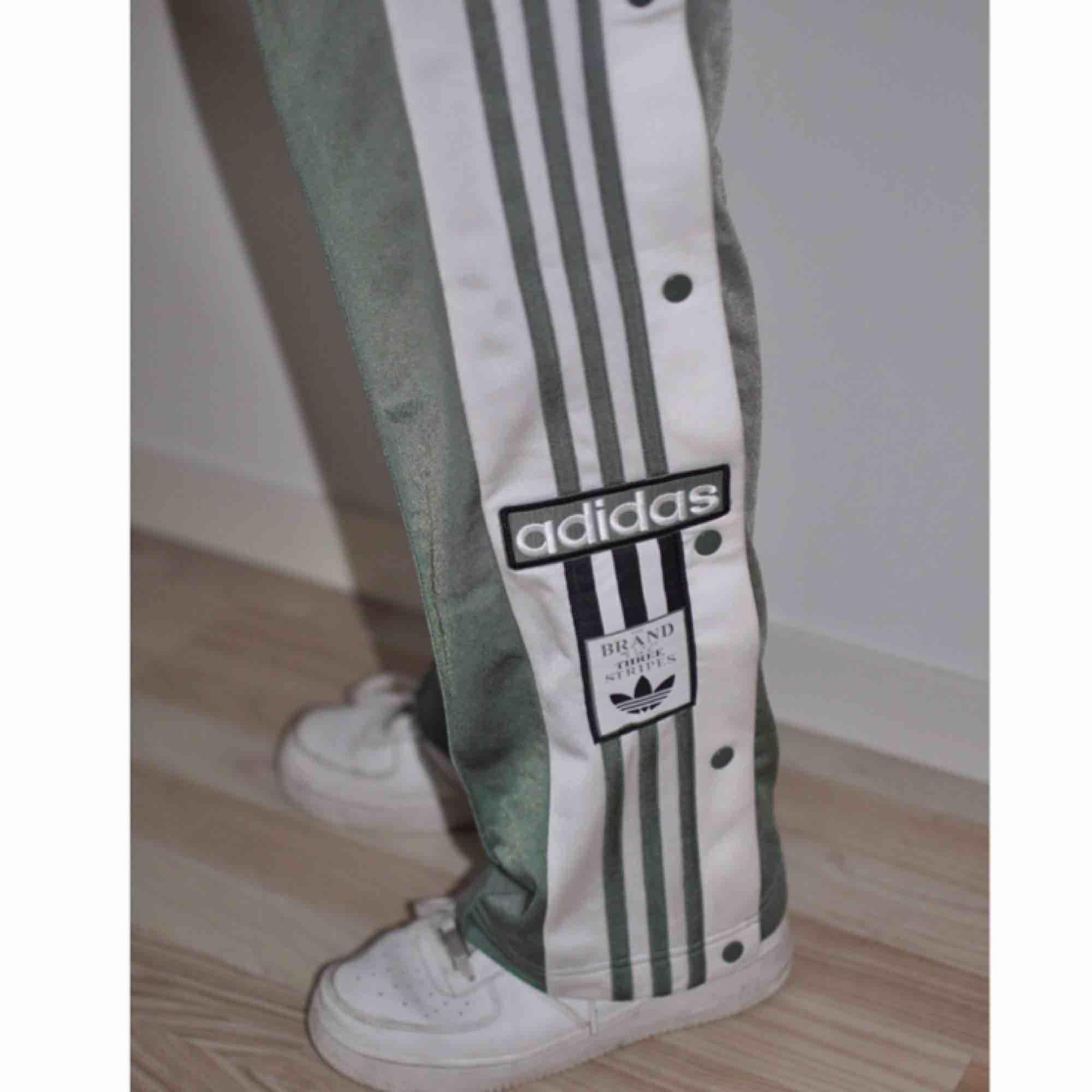 bdebfc7aac39 Adidas spor bukser grøn. Lille plet bag