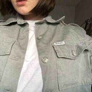 ! Köparen står för frakt ! Vintage skjorta från Wrangler!! Mycket bra skick. Strl uppskattad till S. Supersnygg både stängd och öppen 🤹🏽♀️