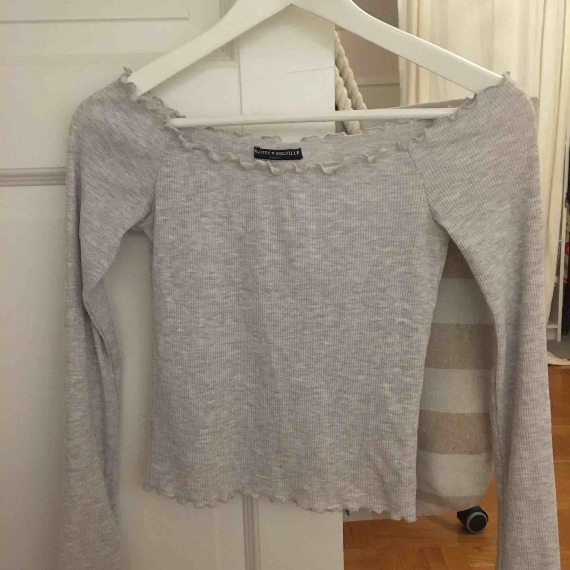 Ljusgrå ribbad off shoulder tröja, ifrån Brandy Melville. I super fint skick!💫🌸. Tröjor & Koftor.
