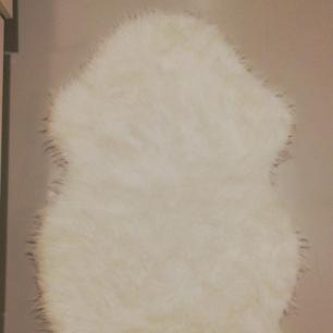 Matta i fuskpäls, knappt använd. 60x100cm.