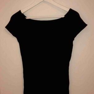 Lite finare svart ribbad T-shirt i ganska tjockt (BRA) material samt väldigt stretchig! Nyskick 💘 frakt ingår om du vill ha den postad! 😍 perfekta partytoppen 😍
