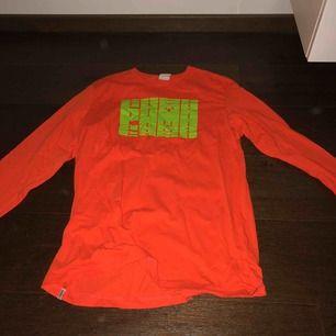 Säljer en jättecool långärmad oversized tröja från Puma!