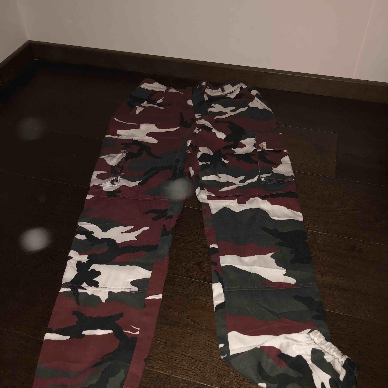Säljer ett par as najs camopants från missguided, storlek 34 skulle säga XS-S, ny pris är 600 kr. Använda 1 gång.. Jeans & Byxor.