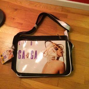 Oanvänd Lady Gaga väska med tags kvar. Bra plats för grejer i den. De stora vita fläckarna på framsidan är från lampan bredvid, de små på hennes kropp var där när jag köpte den :/ priset är inkl frakt 🍁