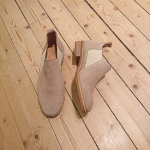 Fina skor i mocka från spanska märket Dasia, i nyskick!