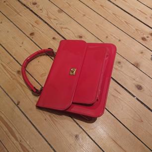 Vintage röd väska i mindre/mellan modell, i fint skick!