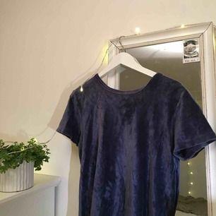T-shirt i sammet, superskön och snygg! Bra skick men lappen bortklippt, köparen står för frakt :)
