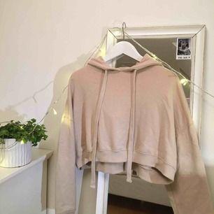 Cropped hoodie från BikBok, säljer pga använder inte längre tyvärr. Köparen står för frakt!