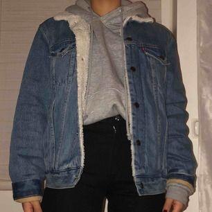 Skitsnygg Levi's sherpa jeans jacka använd endast ett fåtal gånger och i nyskick! Herrstorlek: S Säljer pga för stor för mig :-/ Pris kan absolut diskuteras