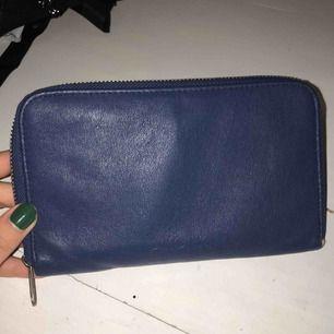 Nice plånbok som har ett myntfack och 6 fickor för kort. Frakt på 9 kr tillkommer.