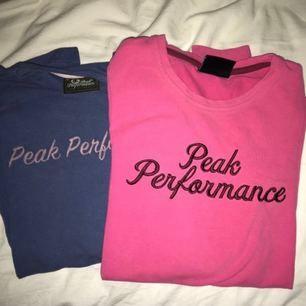 Äkta långärmade tröjor från Peak Performance, i mycket fint skick! Blåa är strl S 💛SÅLD💛 Rosa är strl XS Frakt tillkommer på 55kr (200kr inkl frakt vid snabb affär)