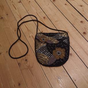 Mindre pärlad väska som är perfekt om man bara behöver ha det nödvändigaste med sig ut! I mycket fint skick!