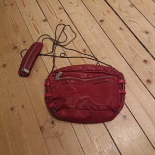 Mindre väska i vinrött läder som rymmer det nödvändigaste och lite till, från Wera Stockholm, i fint skick!