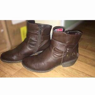 Snygga och varma boots som är sparsamt använda under en väldigt kort tid, de är i nyskick! Frakten ligger på 100kr. Kontakta mig om du vill ha fler bilder eller undrar över något, betalning sker via swish om det önskas ❤️